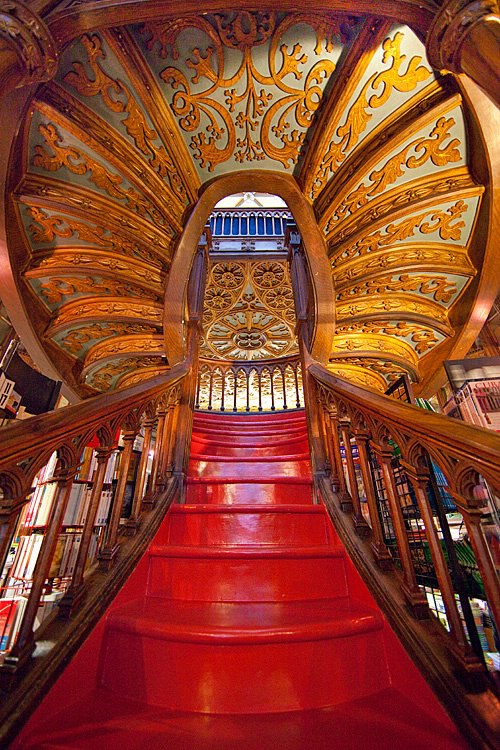 Stair­case, Lello Book­store, Porto, Por­tu­gal